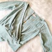 •••something a bit C A S U A L••• 🤩  ¡Hola! Soy Lana, llegue para abrigarte en estos días de invierno, estoy hecha en Chenille y tengo los cortes perfectos para estilizar el torso, estoy disponible en muchos colores 💖  P.D: Compleméntame con tus jeans favoritos 🤭✨ #trend #moda #fashion #newarrivals #trendy